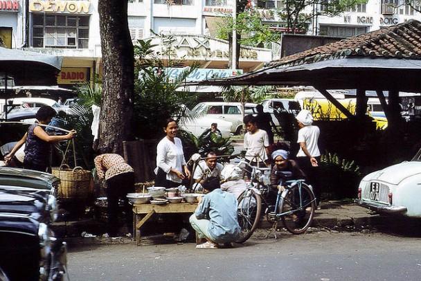 Bán cơm trưa cạnh dãy kiosque trên Đại Lộ Nguyễn Huệ 1966