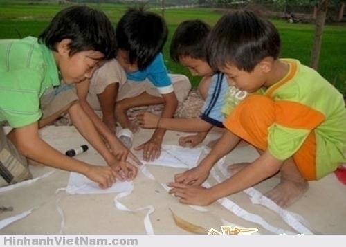 Cánh diều tuổi thơ ngày xưa thường được làm từ khung tre, dán giấy vở học sinh, giấy bao xi măng và dính bằng cơm nguội.