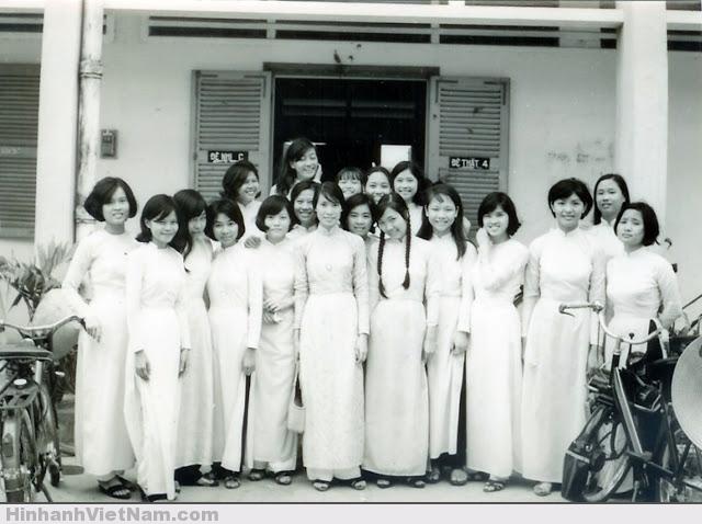 Nữ sinh Sài Gòn với chiếc Velo Solex bên phải và chiếc Mobylette bên trái