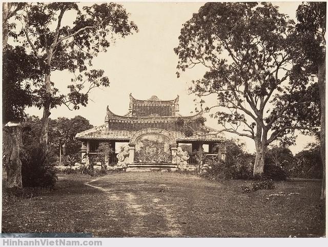 Tombeau de l'Evêque d'Adran (1866)  Lăng mộ Cha Cả. Photo by Emile Gsell