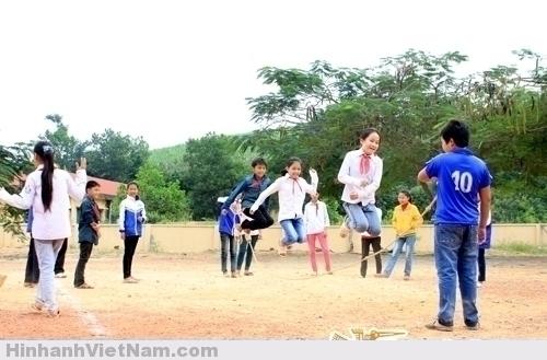Trò nhảy dây vẫn xuất hiện trong mỗi giờ chơi của trẻ em thôn quê, miền núi.