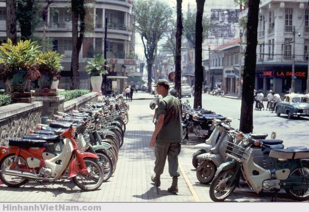 Một bãi giữ xe chật kín chỗ tại khu vực trung tâm thành phố