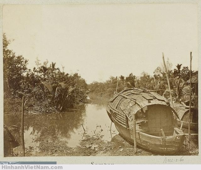 Một chiếc thuyền ba lá đang neo đậu trên con lạch. A stream with a sampan 1888