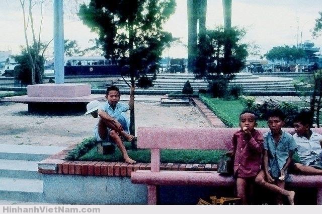 SAIGON 1965 - Những đứa trẻ đánh giày trên Công trường Mê Linh