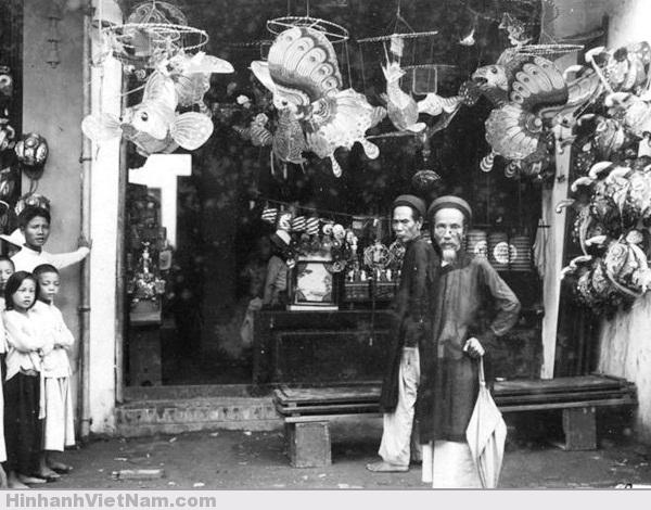 Những cửa tiệm quanh chợ bắt đầu trang trí, bày biện các mặt hàng để sửa soạn cho Tết trung thu