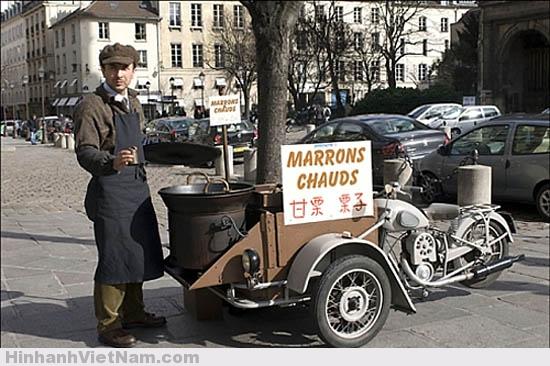 Một người bán hạt dẻ rang nóng trên đường phố Paris