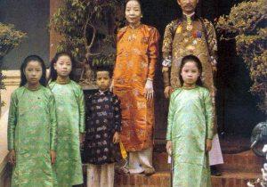 Quan Thống sứ Bắc kỳ bên người vợ và 4 đứa con, 1915.