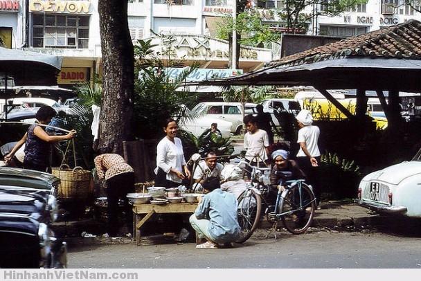 Sạp cơm bên cạnh khu kios đường Nguyễn Huệ