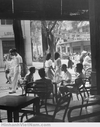 Trong một quán cà phê ngó ra đường Catinat (Đồng Khởi) bây giờ. Ảnh chụp năm 1948