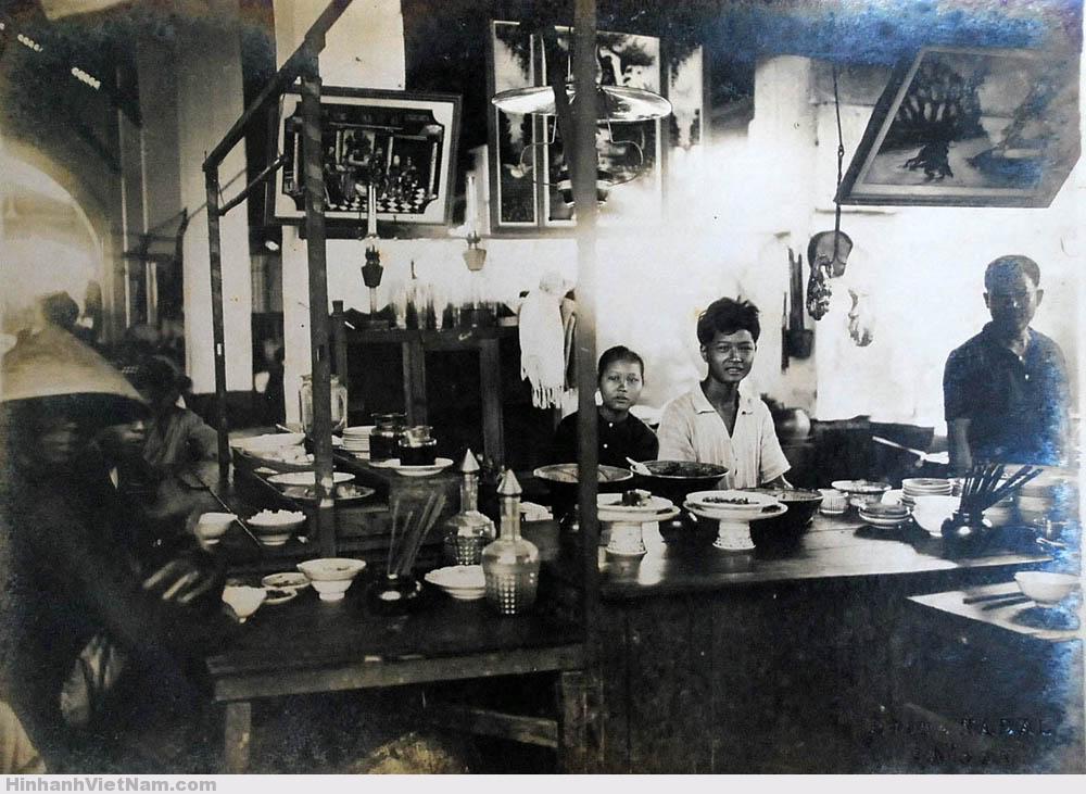 Trong một tiệm ăn ở gần chợ Gò Vấp năm 1920