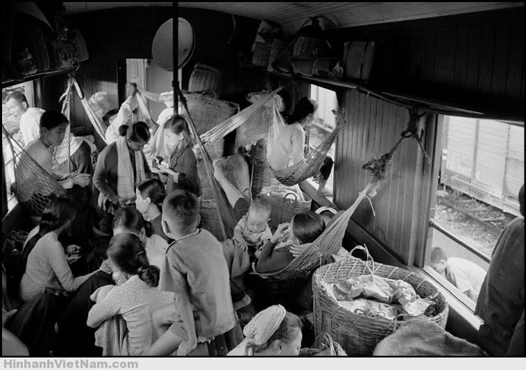 Cảnh mắc võng trên chuyến tàu Sài Gòn - Nha Trang năm 1952. Toa hạng 4