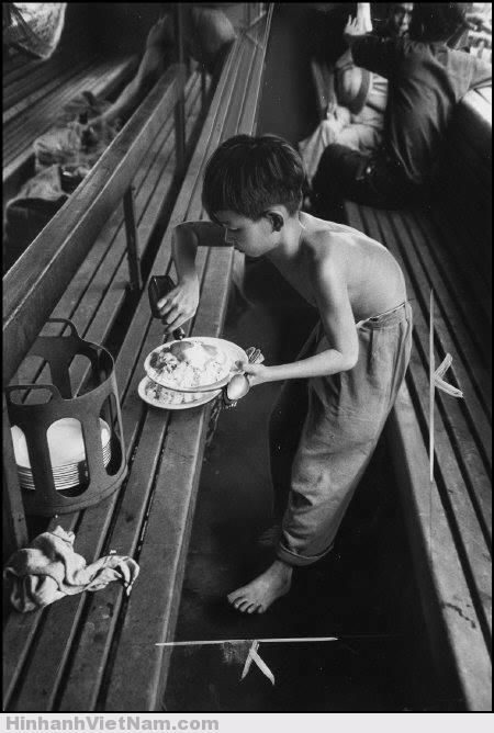 Một cậu bé đang chuẩn bị bữa trưa cho chuyến hành trình dài