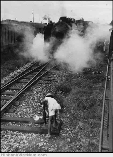 Một chuyến tàu khởi hành khỏi nhà ga