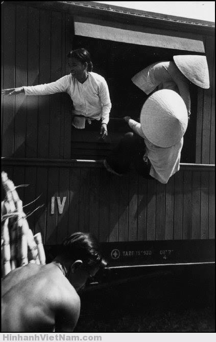 """Một phụ nữ """"đánh đu"""" trên cửa sổ tàu hỏa"""