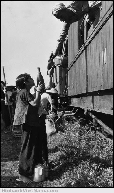 Những người dân sống ven đường tàu tranh thủ bán đồ cho hành khách khi tàu dừng bánh.