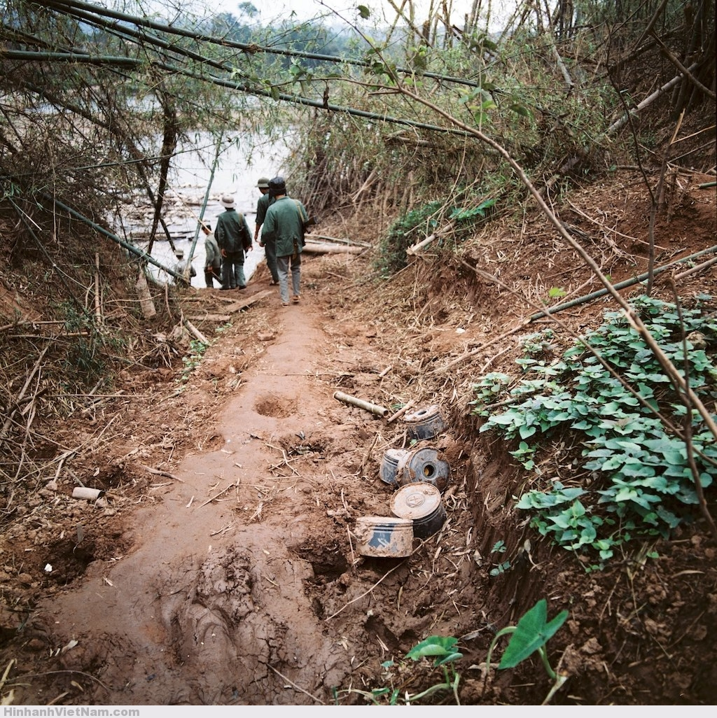 Những quả mìn được đào lên bên một con đường đất