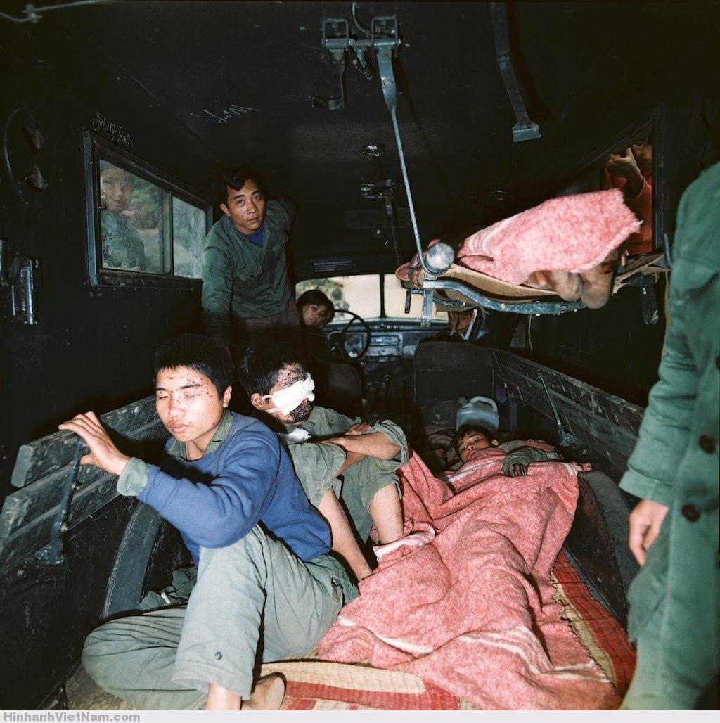 Trên một xe chở thương binh.