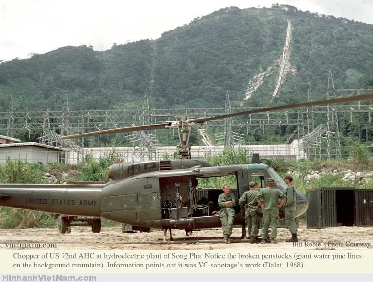 Trực thăng Mỹ mang mã số 92 AHC đáp xuống nhà máy thủy điện Song Pha khi họ phát hiện ra một ống dẫn nước bị hư hại.