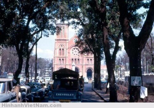 Nhà thờ Đức Bà được xây bằng những viên gạch làm tại Marseille (Pháp), để trần, không tô trát và mang màu đỏ đặc trưng