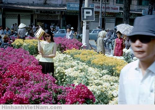 Đường Nguyễn Huệ xưa nhộn nhịp bán mua và người vãn cảnh mỗi dịp tết