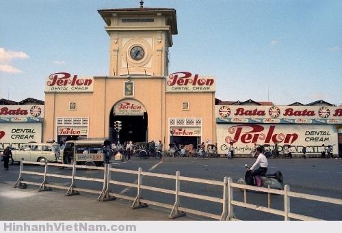 hợ Bến Thành - biểu tượng của Sài Gòn, có trước khi người Pháp xâm chiếm Gia Định. Cho đến nay, kiến trúc của chợ gần như vẫn nguyên vẹn