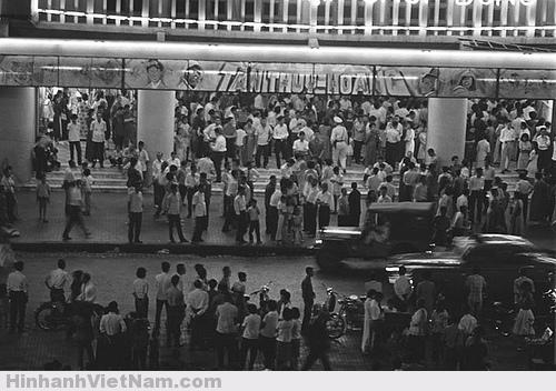 Người Sài Gòn yêu điện ảnh từ xưa, các rạp chiếu bóng thời đó lúc nào cũng đông người đi xem