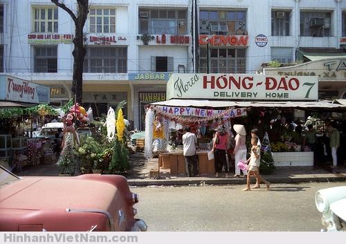 Sài Gòn luôn tận tình trong các dịch vụ đi kèm, tiệm hoa giao tận nơi này là một thí dụ