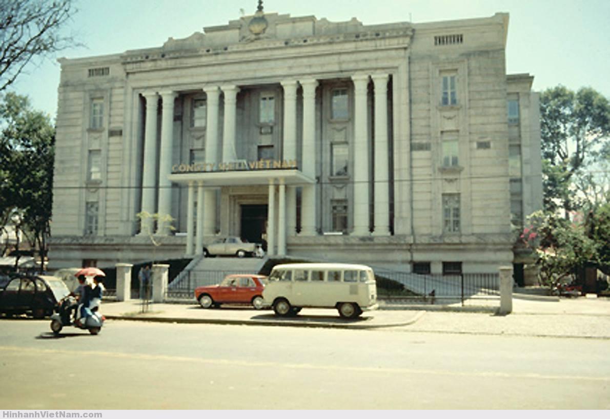 Trụ sở của hãng xăng dầu Shell năm 1965. Shell chiếm hơn 60% thị phần xăng dầu miền Nam trong thập niên 1960s. Hiện nay tòa nhà này thuộc về Petrolimex.  Ít ai biết năm 1952-1953, tại số 7 đại lộ Thống Nhứt (Lê Duẩn) cũng là nơi ở của nhân viên hãng Shell. Sau 1954 thì trở thành Phủ Thủ Tướng (VNCH) đến tận 1975 và bây giờ là Văn Phòng Chính Phủ tại TP.HCM.  Ảnh: Charles F. Rauch, Jr. Collection