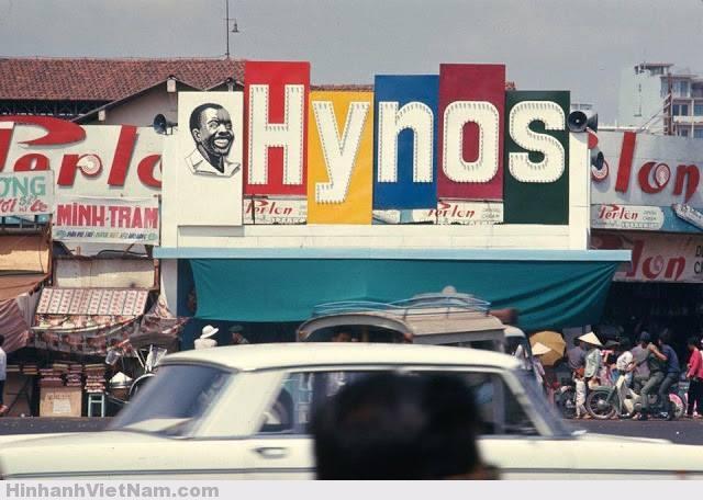 """Kem đánh răng Hynos với anh Bảy Chà Ông Huỳnh Đạo Nghĩa (còn có tên là Vương Đạo Nghĩa, người Việt gốc Hoa) là người mua lại hãng kem Hynos từ một thương gia người Mỹ gốc Do Thái. Ông Nghĩa chi rất nhiều tiền cho quảng cáo (người ta còn nói ông dùng đến 50% doanh thu!) nên Hynos mau chóng chiếm lĩnh thị trường, qua mặt các hãng Perlon, Leyna và cả những tên tuổi như Colgate của Mỹ ...Hynos còn được xuất cảng sang Hồng Kông và một số nước ở Đông Nam Á. Trong quảng cáo trên báo chí, Hynos đã thuyết phục người tiêu thụ với chủ đề """"trồng lúa… trồng răng"""" và kết luận """"đánh răng sớm chiều, răng vững bền nhiều""""."""