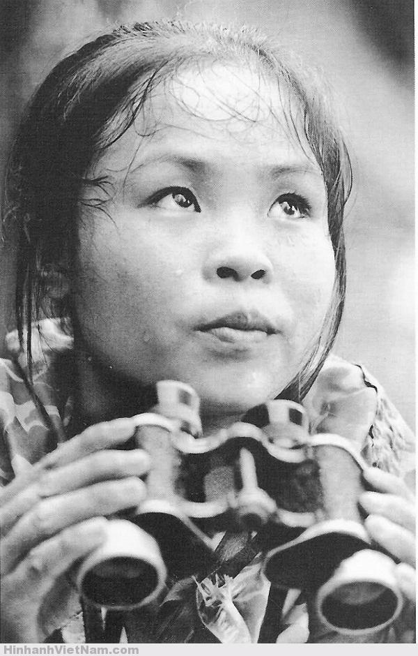 Tấm ảnh chụp năm 1969 của nữ Anh hùng Quân đội nhân dân Việt Nam - La Thị Tám. Cô đã đếm và cắm tiêu 1.205 quả bom do địch trút xuống để lực lượng công binh của ta đến phá bom, đảm bảo thông suốt cho tuyến đường tiếp viện vào Nam. Cô được phong anh hùng khi mới 20 tuổi.