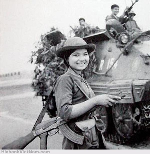 Người nữ giải phóng quân nở một nụ cười tươi rói trong đợt tiến công cuối cùng vào giải phóng Sài Gòn. Công cuộc thống nhất đất nước có sự đóng góp không nhỏ của những người phụ nữ cầm súng, mà trong số họ có nhiều người đã nằm lại chiến trường.