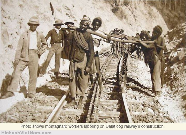 Nắm 1908 tuyến đường sắt chính thức được khởi công xây dựng. Vì địa hình đồi núi phức tạp, lắm dốc cao, lại phải xây dựng thêm đường răng cưa ở giữa 2 đường trơn, nên việc xây dựng tuyến đường này cực kỳ khó khăn.