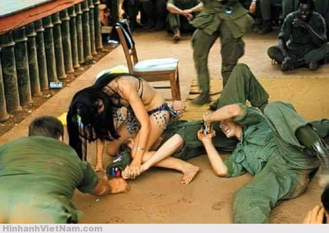"""Nhưng tìm gạch nối cho hai phong cách ăn chơi Pháp và Mỹ đâu có thiếu. Chẳng hạn, các quán ba có nhảy go – go khá phổ biến ở miền Nam Việt Nam. Đây là điệu nhảy à gogo tiếng Pháp, có nghĩa là (chơi) hết mình, thoải mái (abudance, galore). Vũ nữ có khi mặc hai mảnh, thậm chí một mảnh (topless). Theo báo Tiền tuyến, Sài Gòn 11/12/1969 nửa triệu lính Mỹ, như trên trời rớt xuống, tiêu tới 30 triệu USD/tháng (tính trượt giá - khảng hơn 200 triệu USD hôm nay). Đây là hiện tượng được các cơ cấu đánh giá thời cuộc của chính quyền Sài Gòn cho là đã làm """"thay đổi bộ mặt xã hội miền Nam"""", khi một bộ phận dân cư làm """"dịch vụ"""" tại những nơi quân đội nước ngoài trú đóng kiếm tiền """"dễ dàng"""" hơn . Trong những thay đổi lớn nhất chắc phải kể đến nhân sinh quan. Từ nay, sắc đẹp, kể cả nhờ đồng tiền (mỹ viện), là """"tư bản"""", xác thịt là hàng hoá. Khoe xác thịt là quảng cáo, là show hàng. Rải rác trong lưu trữ của Mỹ là các tin, ảnh về """"thoát y phục vụ binh lính Mỹ"""" thời tạm chiếm."""