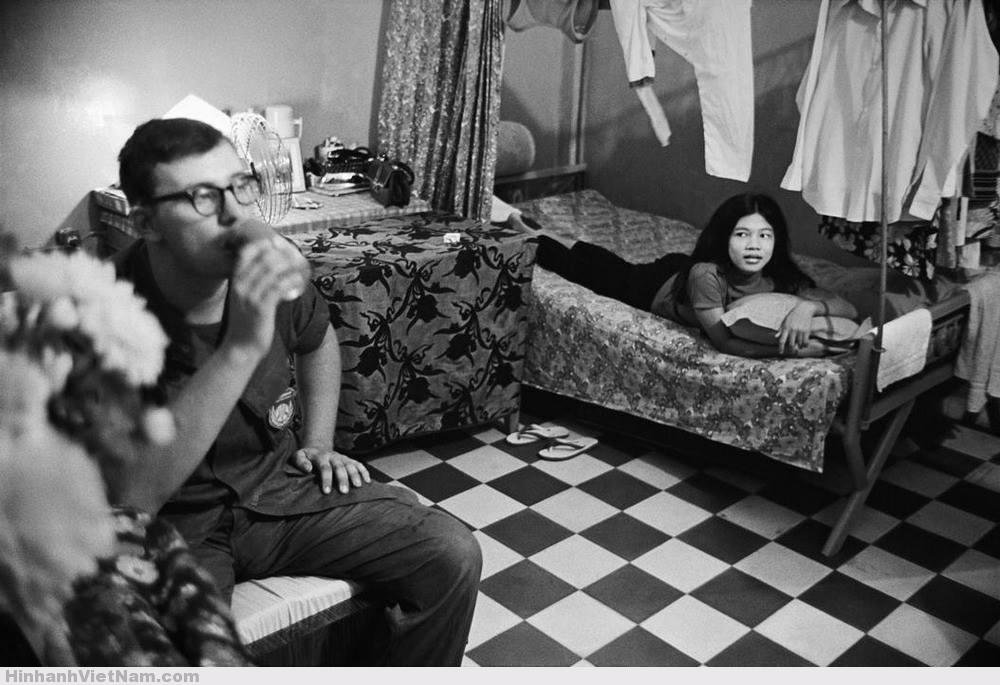 Khi rảnh rỗi, lính Mỹ đóng tại các đô thị miền Nam trước 1975 thường tìm kiếm lạc thú trong các tụ điểm mại dâm núp bóng quán bar, khách sạn. Hình ảnh này chụp tại Cần Thơ năm 1970. Ảnh: Philip Jones Griffiths.