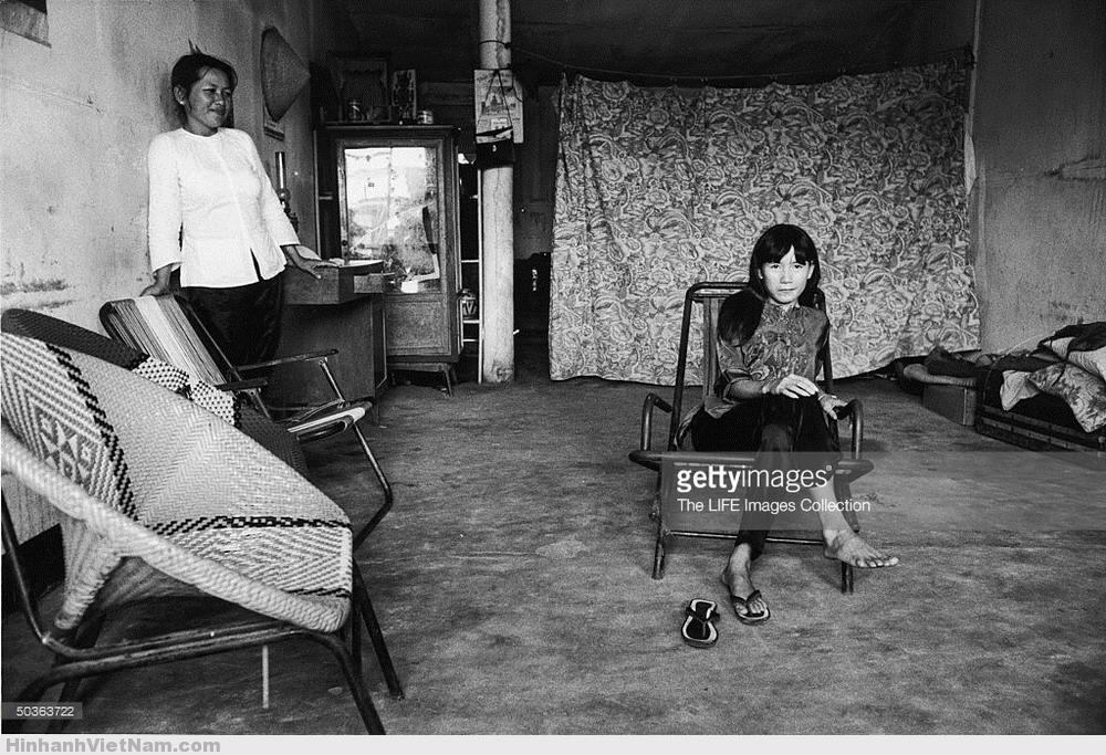 """""""Tú bà"""" mỉm cười nhìn một nhân viên trong giàn """"gái dịch vụ"""" của mình, tháng 1/1970. Ảnh: LIFE."""