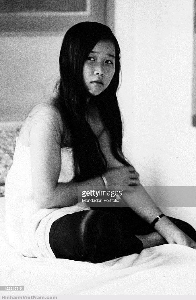 Một cô gái bán hoa với mái tóc dài, Sài Gòn 1968. Ảnh: Mondatori.