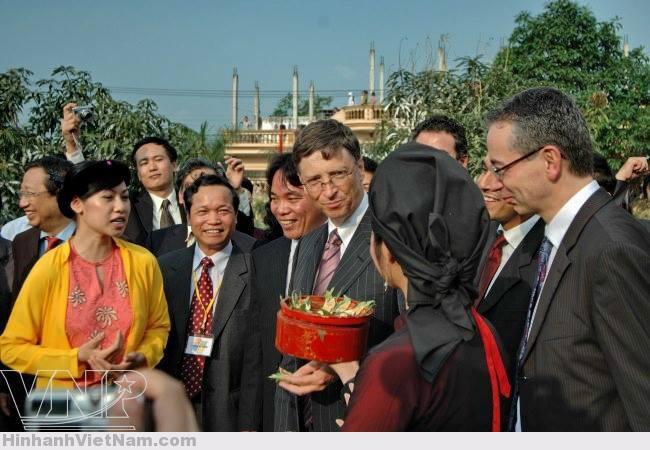 Tỷ phú người Mỹ Bill Gates thưởng thức miếng trầu têm cánh phượng của người quan họ Bắc Ninh
