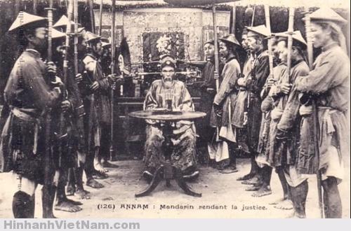 Vua Minh Mạng xử quan lại tham ô nghiêm khắc là đây