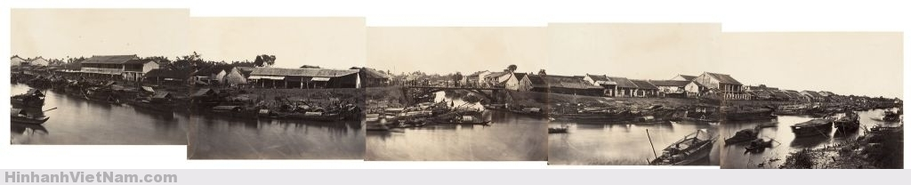 1866 Chinese village panorama - Toàn cảnh đoạn kinh Tàu Hủ chảy qua khu vực phía sau Chợ cũ của Chợ Lớn  Hình ghép 5 tấm ảnh của Emile Gsell chụp cảnh kênh Tàu Hủ đoạn chảy qua phía sau Chợ cũ của Chợ Lớn năm 1866, cách nay gần 150 năm. Con kinh bên dưới cây cầu ở giữa ảnh ngày nay đã lấp đi thành đường Vạn Kiếp. Nơi cây cầu trong ảnh ngày nay là đầu cầu Chà Và qua kinh Tàu Hủ. Photo by Emile Gsell
