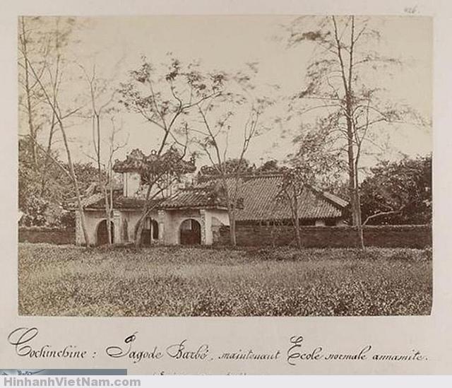 """Cochinchine: Pagode Barbé, maintenant Ecole normale annamite (Environs de Saigon) - Chùa Khải Tường xưa  Chú thích trên ảnh: """"Nam Kỳ: Chùa Barbé, bây giờ là trường sư phạm của người An Nam (Vùng ven Saigon).   Đây là bức ảnh duy nhất còn lưu giữ được của chùa Khải Tường xưa. Bức ảnh do Emile Gsell chụp trong khỏang từ năm 1871-1874. Những người tìm hiểu lịch sử TP Saigon thời Pháp bắt đầu đánh chiếm rất quan tâm đến ngôi chùa này, là một trong bốn ngôi chùa Pháp chiếm để lập thành """"chiến tuyến các ngôi chùa"""" để tấn công đồn Kỳ Hòa của Nguyễn Tri Phương. Vị trí của nó ngày xưa ở khoảng Bảo tàng Chứng tích Chiến tranh, ngày nay không còn lại một dấu vết nào ngoài tấm ảnh này của Gsell."""