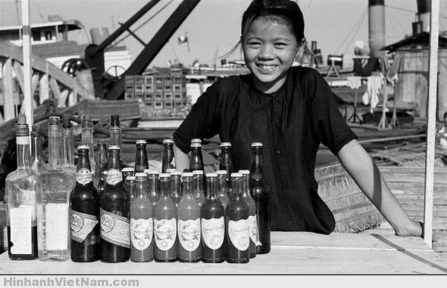 Nụ cười hồn nhiên của cô bé bán nước bên bờ kênh