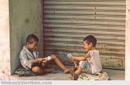 Tiếng cười vang lên giòn tan khi chơi bài.