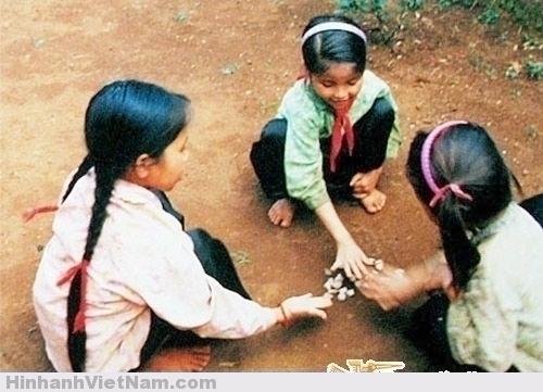 Trò đánh sỏi là niềm ưa thích của con gái mỗi giờ ra chơi.