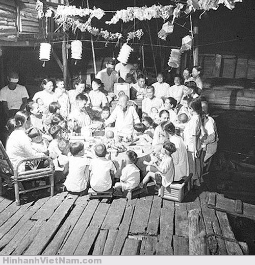 Trung thu là Tết đoàn viên. Một gia đình nhiều thế hệ ở Hà Nội quây quần bên mâm cỗ đón Rằm tháng tám