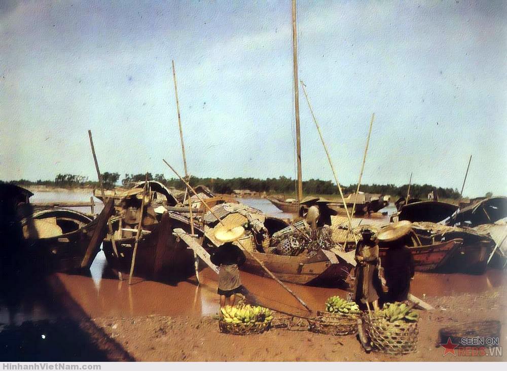 Gánh hàng chuối bên bến sông Hồng, Hà Nội 1915