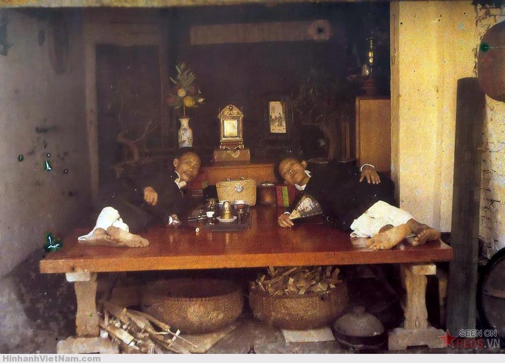 Hai người đàn ông hút thuốc phiện, 1915.