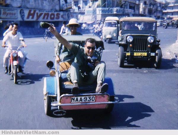Một lính Mỹ thích thú trên xe xích-lô máy Sài Gòn