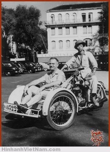 Xích-lô máy và ông Pierre Coupeaud, ngưới sáng chế xe xích-lô đạp đầu tiên ở Phnom Penh trước nhà hàng khách sạn Continental Sài Gòn