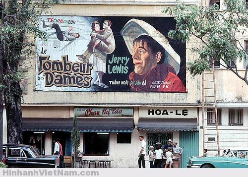 Bảng quảng cáo phim của rạp Eden, một trong những rạp chiếu bóng có thâm niên nhất ở Sài Gòn. Mặt trước bên đường Tự Do không có chỗ cho bảng quảng cáo lớn nên họ đặt ở mặt sau bên Nguyễn Huệ. Rạp Eden hoạt động từ thời Pháp thuộc cho đến tận năm 1975