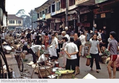 Chợ và hàng rong là điều không thể thiếu khi nhắc đến Sài Gòn. Thậm chí, có những khu chợ mang danh tiếng của tính cách Sài Gòn như chợ Dân Sinh, chợ Bà Chiểu…